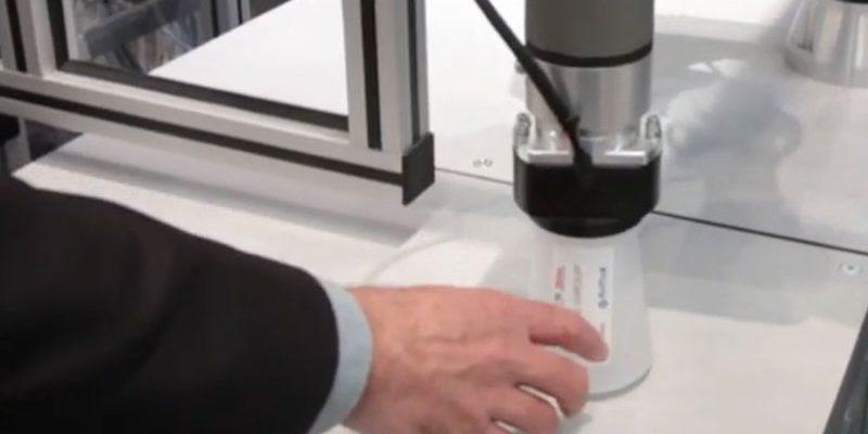 Een cobot presenteert de gepersonaliseerde drinkbeker Robots | Weber marking